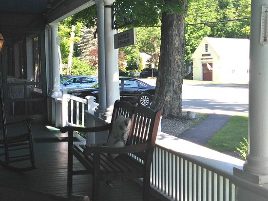 Monadnock Inn: Front porch with dining porch on far left