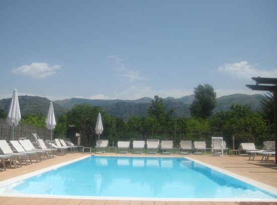 B&B Il Roseto: At the pool.