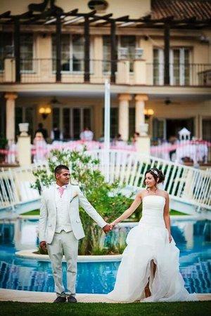 Gran Hotel Benahavis: wedding photo bridge pool