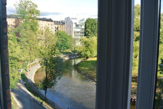 Chateau Apartments: Vue sur la rivière par la fenêtre du salon