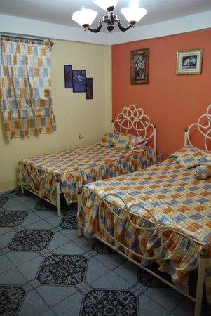Roy's Terrace Inn: Bedroom