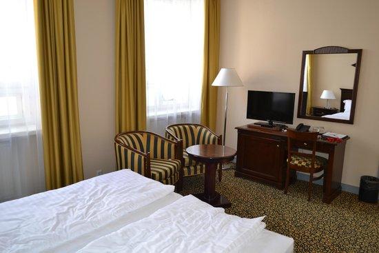 Grand Hotel Viljandi: TV and sitting area in daylight