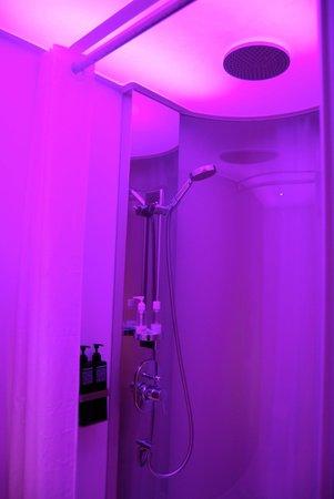 citizenM London Bankside: La ducha con el color de la iluminación seleccionable.