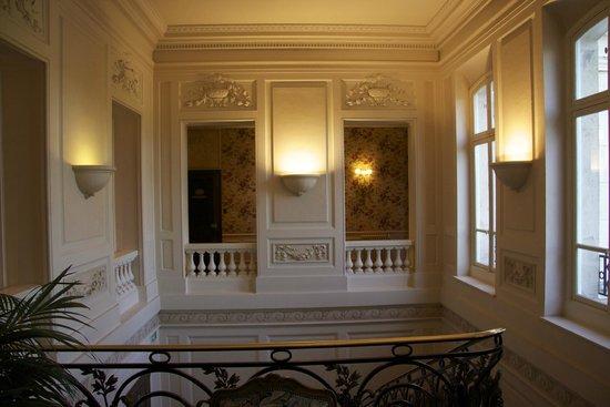 Château Les Crayeres : Main staircase