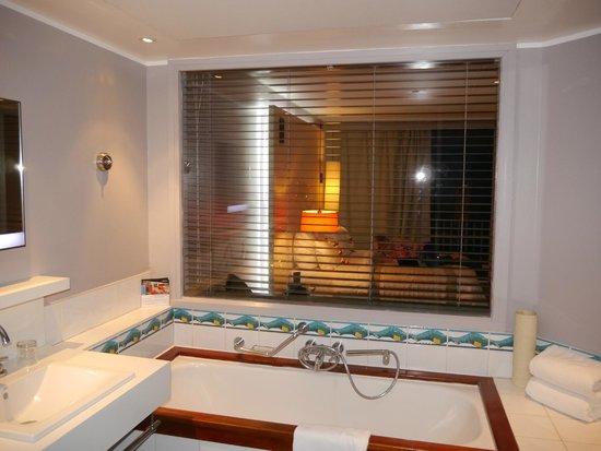 Le Meridien Tahiti: Window let light into bathroom