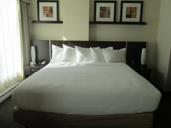 Embassy Suites by Hilton Montreal: Bedroom with King bed