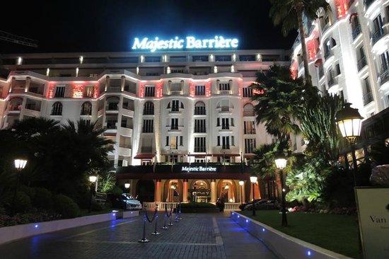 Hôtel Barrière Le Majestic Cannes : Fachada à Noite Majestic