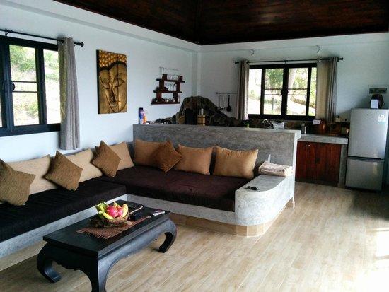 Koh Tao Heights Pool Villas: Lounge area with MASSIVE sofa