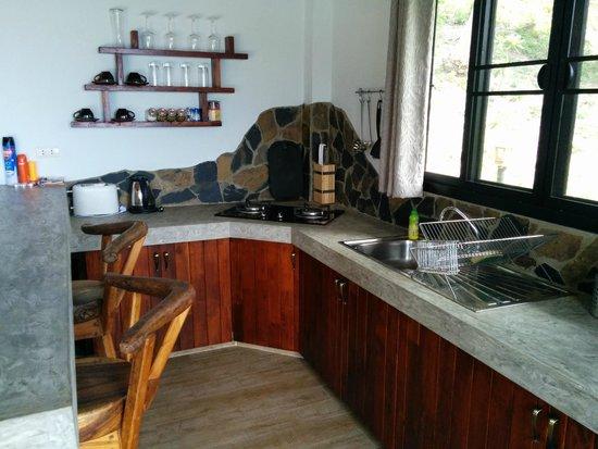 Koh Tao Heights Pool Villas: Kitchen area
