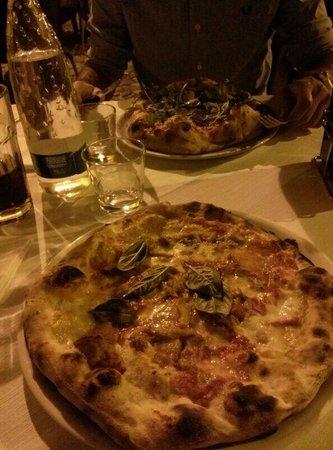 Piccola Piedigrotta: Pizza normale e doppio impasto.