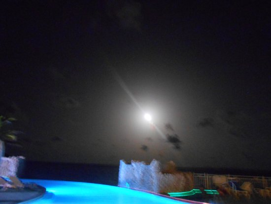 Oyster Bay Beach Resort : super moon over the infinity pool