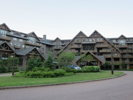 Stowe Mountain Lodge : Front of the hotel