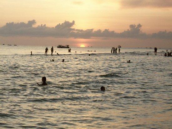 Thunderbird Beach Resort: Sunset Behind The T-Bird...
