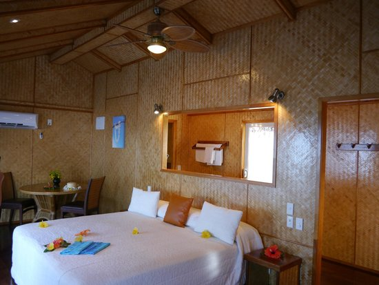Aitutaki Lagoon Resort & Spa: Look straight through to the outdoor shower
