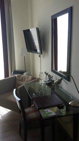 René Bohn : Well-planned workspace in bedroom
