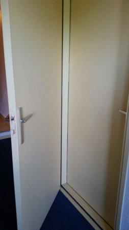 Hotel Club Marina Viva: Une porte dans la chambre qui communique avec la chambre voisine. Pratique ... ou pas !