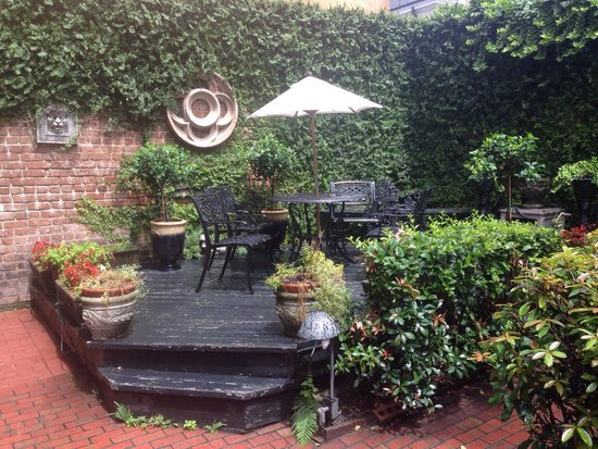 Foley House Inn: One of the relaxing garden areas.