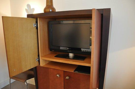 Hotel Amigo: Televisor en un mueble