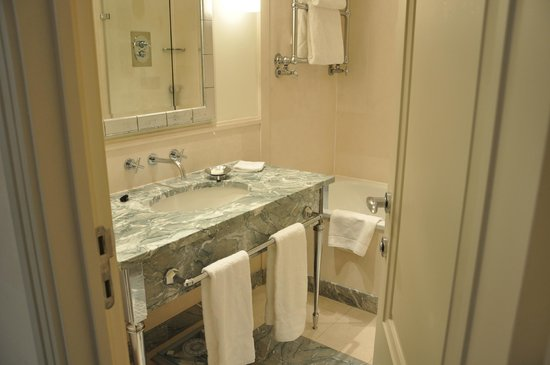 Hotel Amigo: Baño
