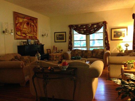 Taylor House Inn: Sitting room in the inn
