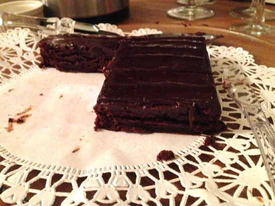 Taylor House Inn: Store bought chocolate brownies in the inn