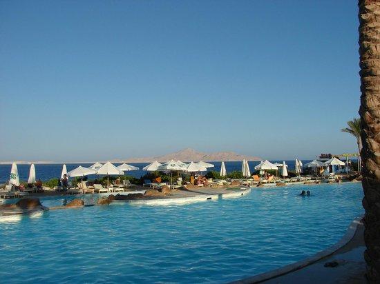 Rehana Royal Beach Resort & Spa: baseny z widokiem na morze