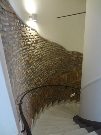 Borromeo Hotel: Stairs-there is an elevator as well