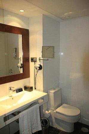 Hotel Tach Madrid Airport: Habitación 201_Baño