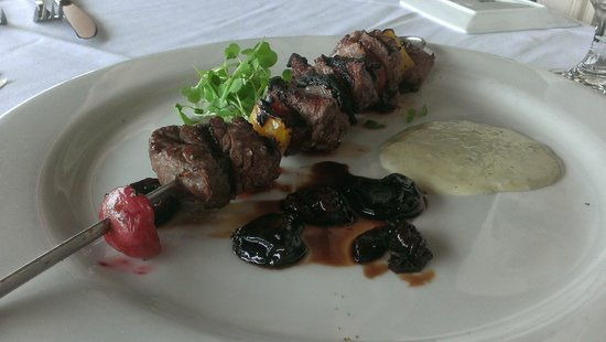 Saluda's Restaurant: Appetizer special: filet kabob with cherry gastrique and blue cheese fondue