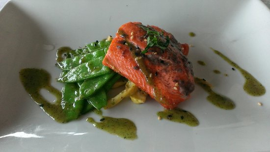 Saluda's Restaurant: Salmon special with glazed snow peas, summer squash and fennel