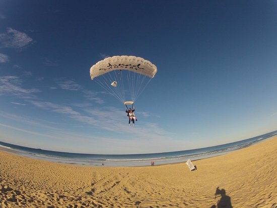 Sunshine Coast Skydivers: Beautiful landing on the beach