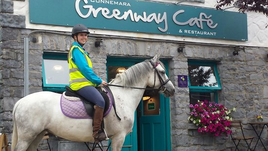 Connemara Greenway Cafe & Restaurant: Arriving at the Café by pony!