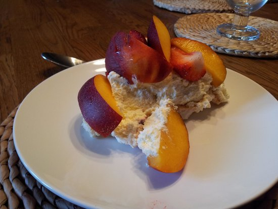 The Gables Bed and Breakfast: mmmm...peach pavlova