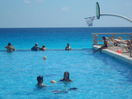 Crown Paradise Club Cancun : la piscina y el mar