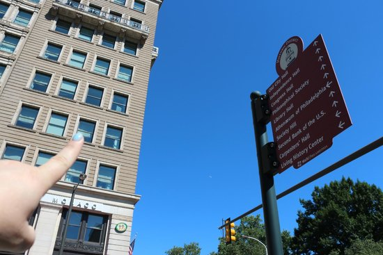 Kimpton Hotel Monaco Philadelphia: Pointing to hotel.  Sign shows historical sites right there