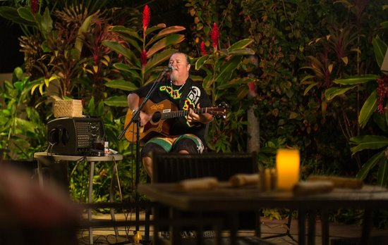 Maui Coast Hotel: Live Entertainment Nightly, Poolside