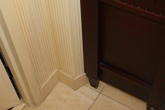 Embassy Suites by Hilton San Diego - La Jolla: Wall next to basin/vanity