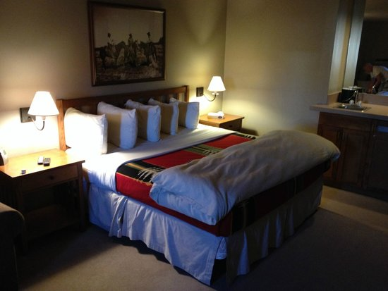 River Rock Lodge: Beautifully put together bed - very lodge-y