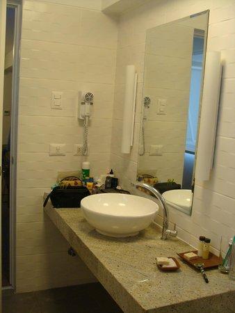 Tierra Viva Miraflores Larco: Vista do lavabo no banheiro