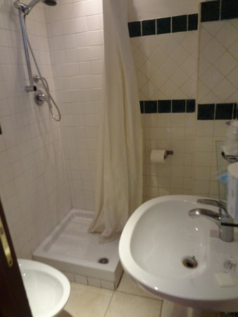 Hotel Saturnia: Wash your feet and use the toilet at the same time....