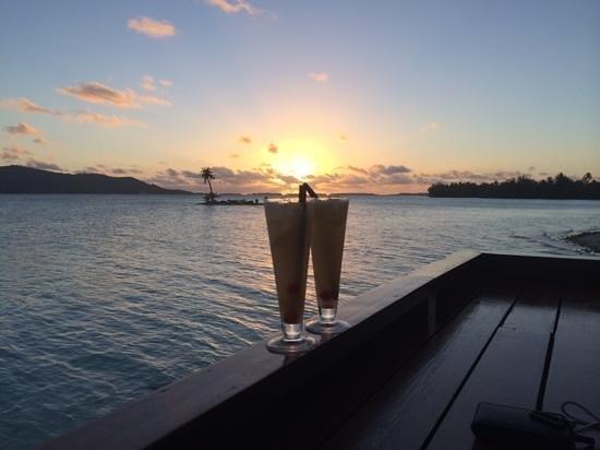 Four Seasons Resort Bora Bora: sunset bar restaurant