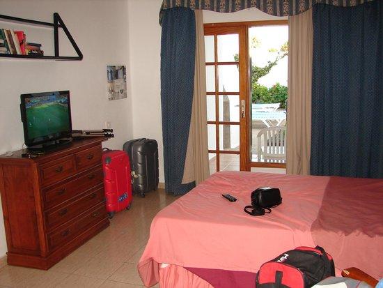 Las Lilas Apartments: television y terraza