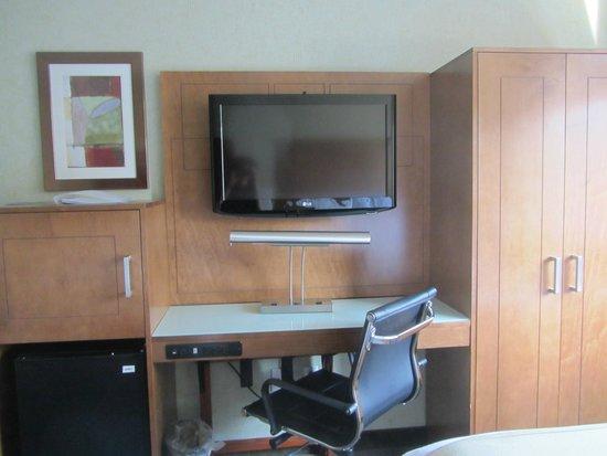 Holiday Inn Express Manhattan Midtown West : Tv in room