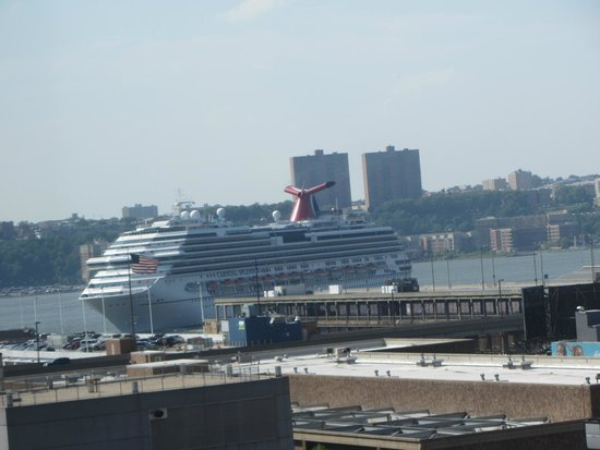 Holiday Inn Express Manhattan Midtown West : We could see our cruise ship