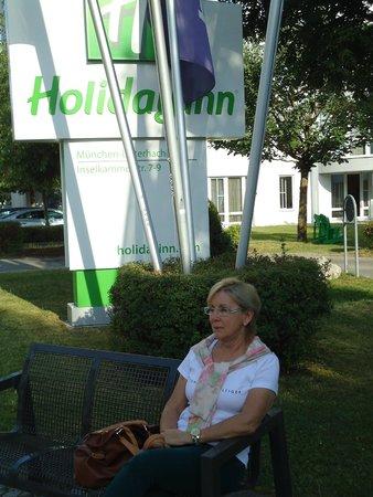 Holiday Inn Munich-South: Jardim em frente a entrada do Hotel