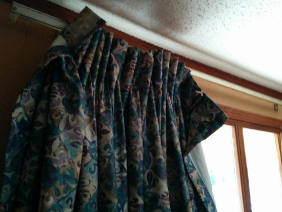 Americas Best Value Inn & Suites - Warren / Detroit: Curtains falling apart.