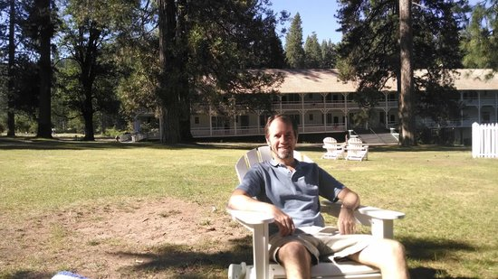 Big Trees Lodge : relaxing on the ample lawn