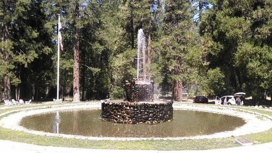 Big Trees Lodge : fountain at the entrance