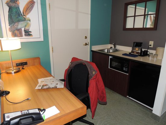 SpringHill Suites Fairbanks: Desk and fridge are conveniences