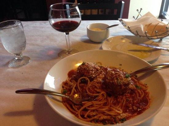 Vito's Ristorante: Sooooooo good!  Pasta perfectly cooked. Amazing sauce. Very happy!  ��������